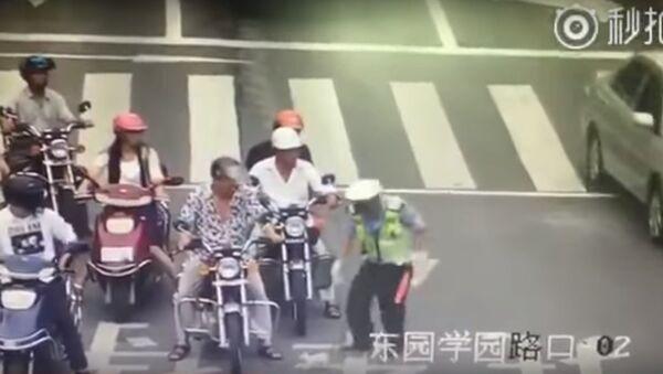 Anh cảnh sát lao ra đường xe chạy để cứu mèo con - Sputnik Việt Nam