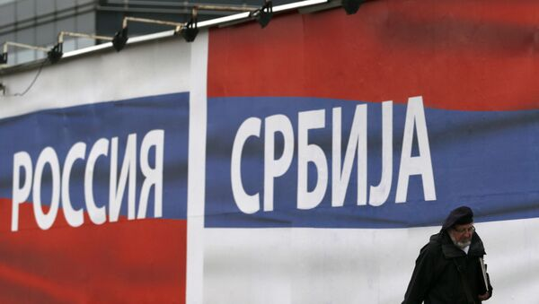 Баннер с флагами России и Сербии в Белграде - Sputnik Việt Nam