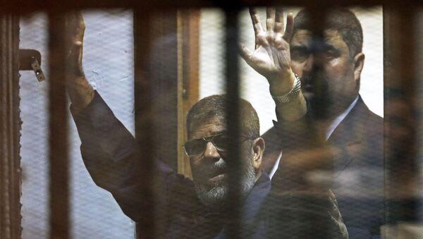 Tổng thống Ai Cập bị lật đổ Mohamed Morsi trong phòng xử án ở Cairo - Sputnik Việt Nam