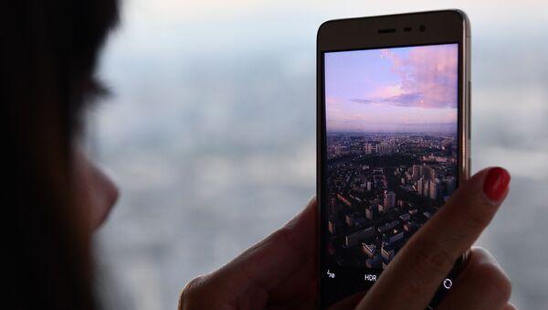 """Cô gái chụp ảnh panorama thành phố trên tầng 89 của Tháp Liên bang Đông ở Moscow City, nơi mà đài quan sát cao nhất Châu Âu""""PANORAMA-360"""" đang được xây dựng - Sputnik Việt Nam"""