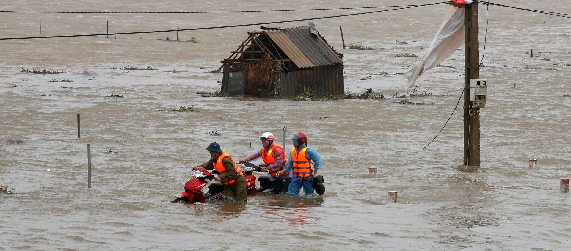"""Ngập lụt do bão """"Doksuri"""" ở tỉnh Hà Tĩnh.  - Sputnik Việt Nam, 1920, 08.09.2021"""