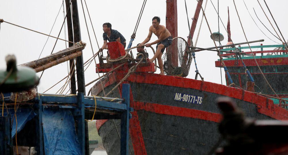 """Cư dân địa phương neo buộc thuyền trong bão """"Doksuri""""  ở tỉnh Hà Tĩnh"""