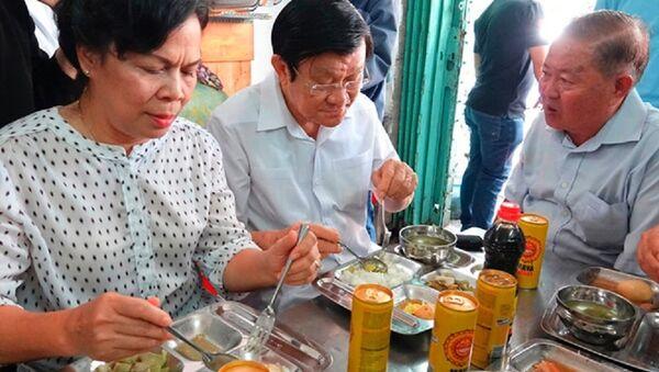 Nguyên Chủ tịch nước Trương Tấn Sang (giữa) và phu nhân ăn cơm 2.000 đồng tại Quán Nụ Cười 1 - Sputnik Việt Nam
