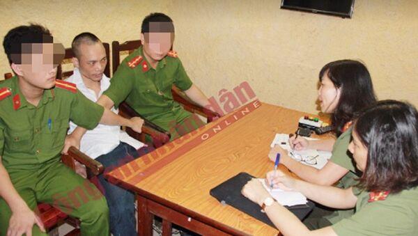 Phóng viên Báo CAND phỏng vấn Lê Văn Thọ ngay khi hắn bị bắt. - Sputnik Việt Nam