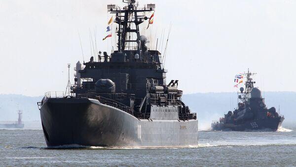 Tàu đổ bộ cỡ lớn Alexandr Shabalin (bên trái) và tàu tên lửa cỡ nhỏ Geizer cùng đội tàu của Hạm đội Baltic ra biển trong khuôn khổ cuộc tập trận chiến lược Nga-Belarus Phía Tây-2017 - Sputnik Việt Nam