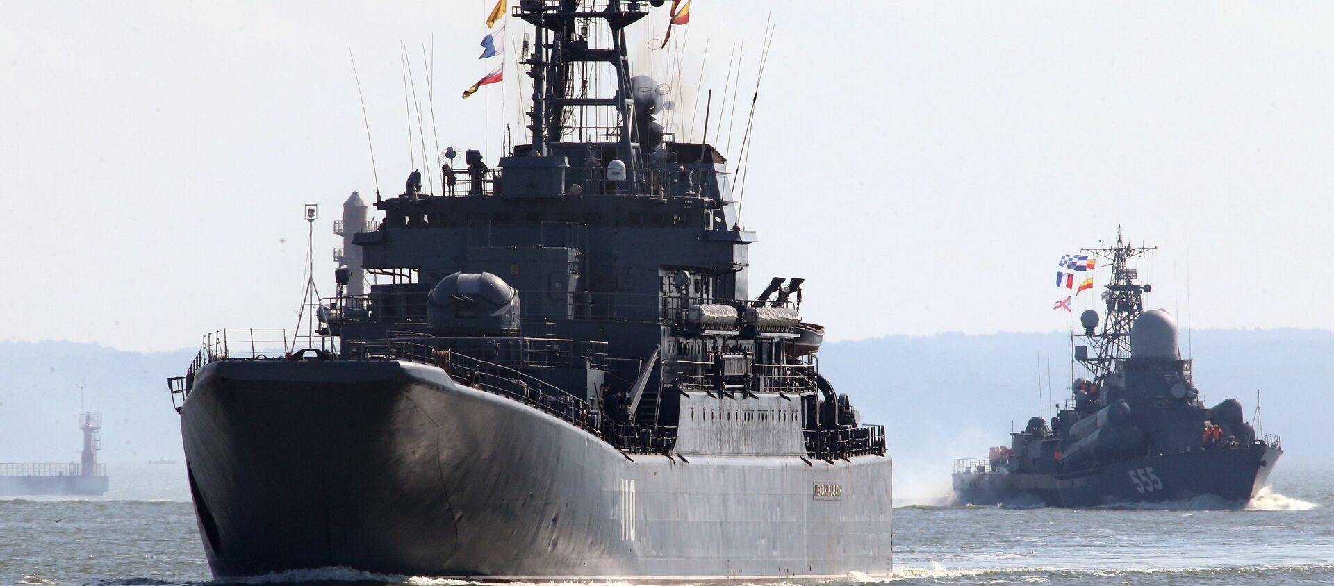 Tàu đổ bộ cỡ lớn Alexandr Shabalin (bên trái) và tàu tên lửa cỡ nhỏ Geizer cùng đội tàu của Hạm đội Baltic ra biển trong khuôn khổ cuộc tập trận chiến lược Nga-Belarus Phía Tây-2017 - Sputnik Việt Nam, 1920, 29.07.2021