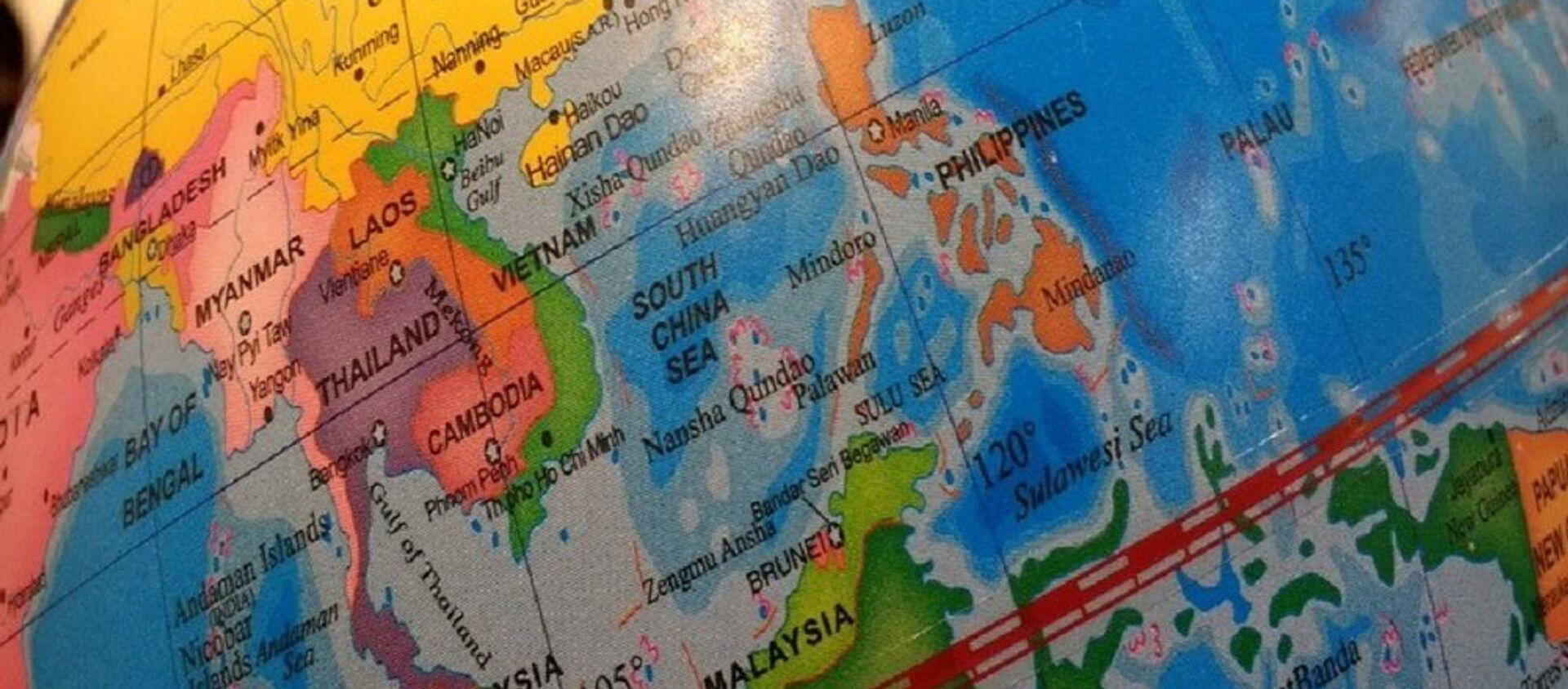 Quả địa cầu áp đặt đường chữ U và ghi quần đảo Trường Sa, Hoàng Sa bằng tiếng TQ tại Bảo tàng Hoàng gia Greenwich  (Anh) - Sputnik Việt Nam, 1920, 03.07.2018