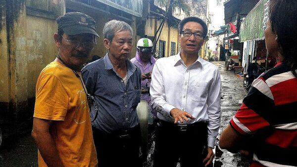 Phó Thủ tướng Vũ Đức Đam trò chuyện với các nghệ sĩ Hãng phim truyện Việt Nam sau cơn mưa to - Sputnik Việt Nam