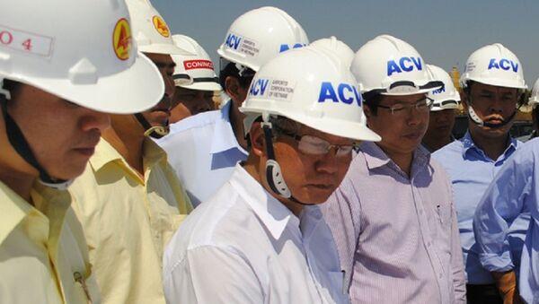 Ông Phạm Thế Dũng (áo trắng, đứng giữa) trong đợt tiếp Bộ Giao thông Vận tải đi kiểm tra tiến độ dự án đường băng sân bay Pleiku cuối tháng 6-2015 - Sputnik Việt Nam