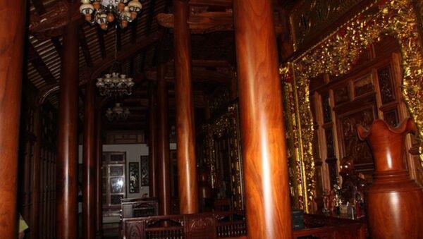 Khu nhà gỗ rất hoành tráng, bề thế, nhưng theo ông Trung giá trị chỉ hơn... 2 tỷ đồng. - Sputnik Việt Nam