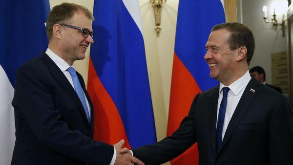 Thủ tướng Nga Dmitry Medvedev sau khi hội đàm với người đồng cấp Phần Lan,  Juha Sipiley. - Sputnik Việt Nam
