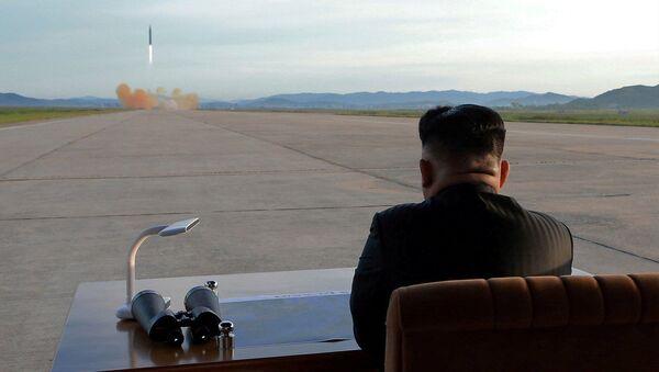 Nhà lãnh đạo Triều Tiên Kim Jong Un trong thời điểm phóng tên lửa đạn đạo Hwasong-12 - Sputnik Việt Nam