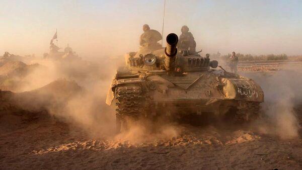 Những chiếc xe tăng của quân đội Syria tại vị trí chiến đấu trong khu vực Deir-ez-Zor - Sputnik Việt Nam