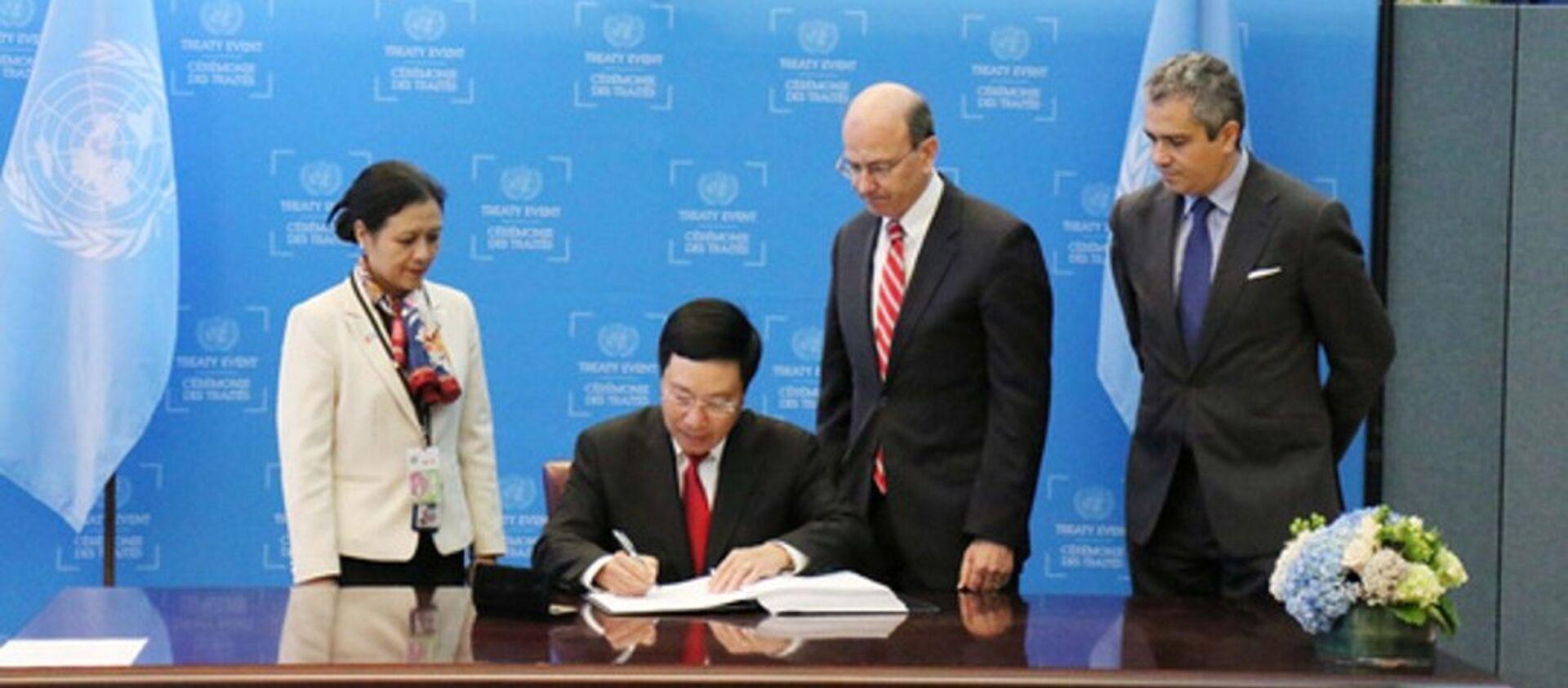 Phó Thủ tướng Phạm Bình Minh ký Hiệp ước Cấm vũ khí hạt nhân - Sputnik Việt Nam, 1920, 23.09.2017