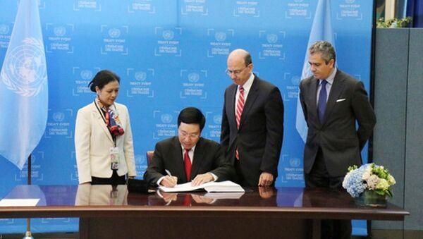 Phó Thủ tướng Phạm Bình Minh ký Hiệp ước Cấm vũ khí hạt nhân - Sputnik Việt Nam