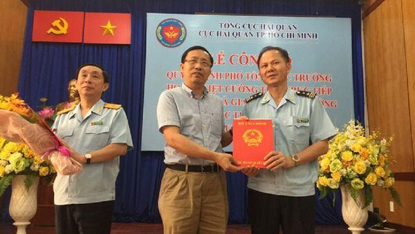 Tổng Cục trưởng Tổng Cục Hải quan Nguyễn Văn Cẩn trao quyết định mới cho ông Đinh Ngọc Thắng - Sputnik Việt Nam