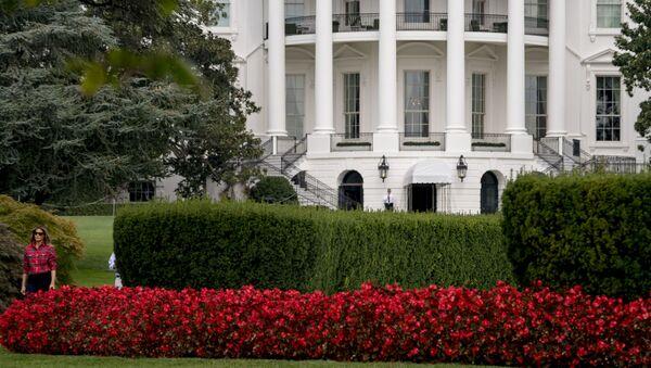 Đệ nhất phu nhân Mỹ Melania Trump trong vườn ở Nhà Trắng - Sputnik Việt Nam