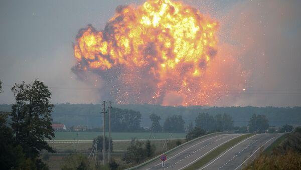 Пожар и взрывы на складах боеприпасов у города Калиновка Винницкой области, Украина - Sputnik Việt Nam