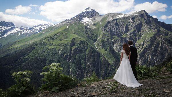 Vợ chồng mới cưới ở khu nghỉ mát miền núi Dombay - Sputnik Việt Nam