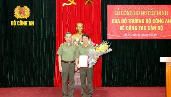 Bộ trưởng Tô Lâm trao quyết định bổ nhiệm cho Thiếu tướng Lương Tam Quang. Ảnh: Cổng TTĐT Bộ Công an - Sputnik Việt Nam