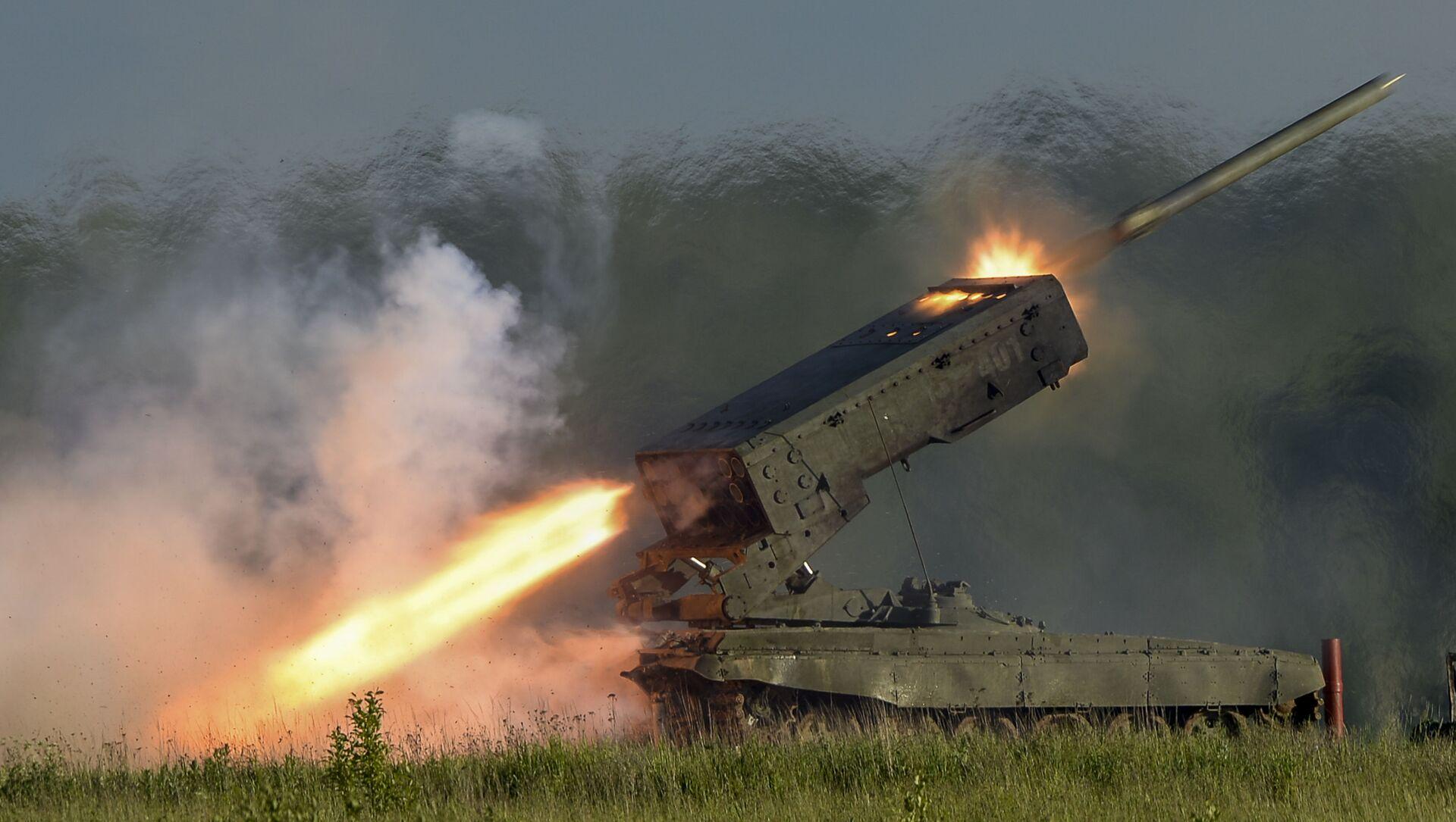 Phóng hệ thống tên lửa phản lực hàng loạt hạng nặng nhiều nòng TOS-1A Solntsepek    - Sputnik Việt Nam, 1920, 02.10.2021