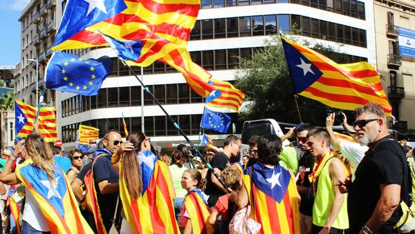 Participants in the rally in the streets of Barcelona support the referendum for independence and Catalonia's secession from Spain, which is timed to National Day of Catalonia - Sputnik Việt Nam