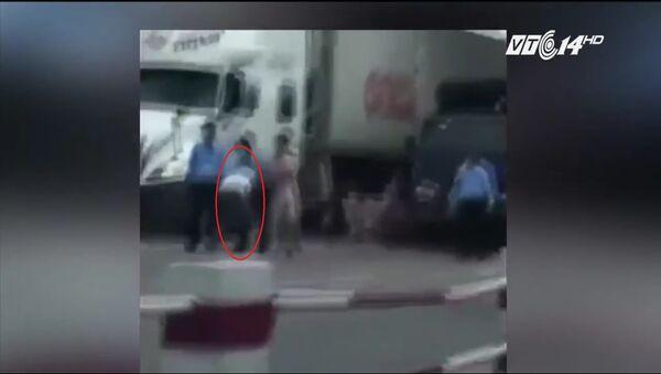 Nhân viên trạm thu phí BOT quốc lộ 5 đánh tài xế xe tải - Sputnik Việt Nam