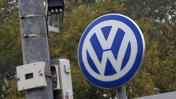 A Volkswagen logo stands next to a CCTV security camera in Wolfsburg, Germany October 7, 2015 - Sputnik Việt Nam