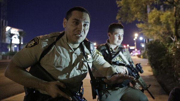 Cảnh sát tại khu vực xảy ra vụ xả súng thảm sát gần khách sạn Casino Mandalay Bay Hotel ở Las Vegas - Sputnik Việt Nam