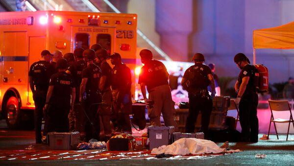 Cảnh sát và nhân viên cứu hộ bên cạnh xác chết tại khu vực xảy ra vụ xả súng thảm sát gần khách sạn Casino Mandalay Bay Hotel ở Las Vegas - Sputnik Việt Nam