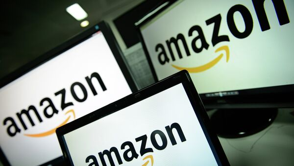 A picture shows the logo of the online retailer Amazon dispalyed on computer screens in London on December 11, 2014 - Sputnik Việt Nam
