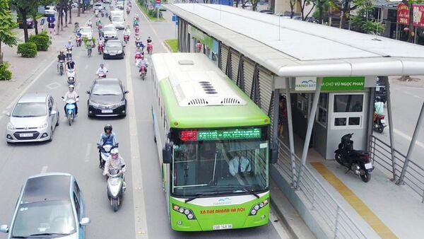 Xe buýt nhanh BRT trên phố Láng Hạ. - Sputnik Việt Nam