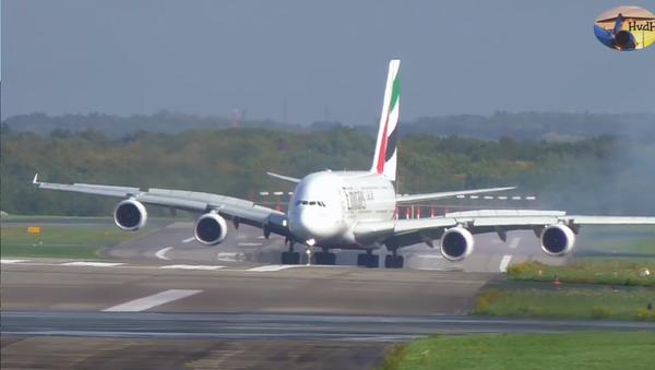 Kỳ diệu thoát tai nạn máy bay: Airbus A380 lớn nhất thế giới bị gió thổi bạt khi hạ cánh (Video) - Sputnik Việt Nam
