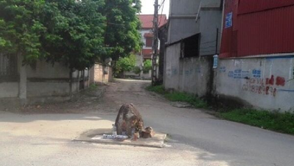 Hòn đá nằm giữa ngã ba của làng Vèo nhưng không ai dám động tới - Sputnik Việt Nam