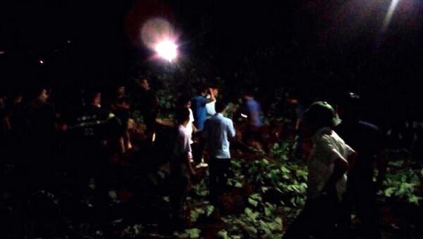 Lực lượng chức năng đã có mặt tại hiện trường, song hết sức khó khăn để giải phóng đường trong đêm tối vì lưới điện đã bị hư hỏng và điều kiện thời tiết không thuận lợi. Ảnh Báo Yên Bái. - Sputnik Việt Nam