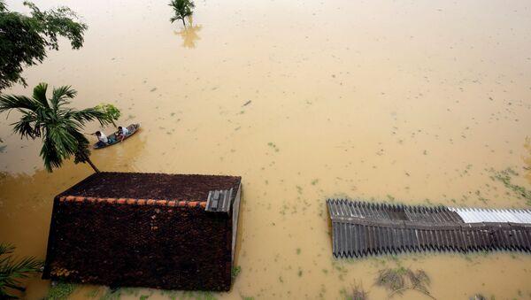 Một ngôi làng bị nhấn chìm gần như hoàn toàn trong nước lụt. - Sputnik Việt Nam