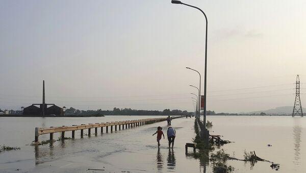 Hà Nội. Mọi người trên đường cao tốc ngập nước. - Sputnik Việt Nam