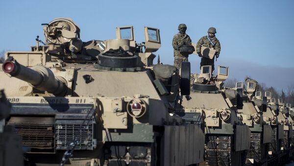 Lính Mỹ chuẩn bị xe tăng Abrams để dỡ xuống nhà ga xe lửa ở Litva - Sputnik Việt Nam