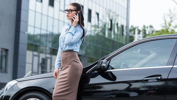 Девушка в деловом костюме разговаривает по телефону - Sputnik Việt Nam