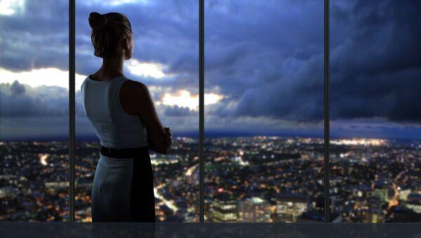 Девушка смотрит из окна на ночной город - Sputnik Việt Nam