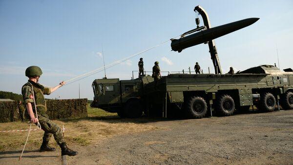 Triển khai hệ thống tên lửa chiến thuật Iskander-M trong cuộc trình diễn tại Diễn đàn Kỹ thuật Quân sự Quốc tế III Quân đội-2017 tại Sverdlovsk - Sputnik Việt Nam