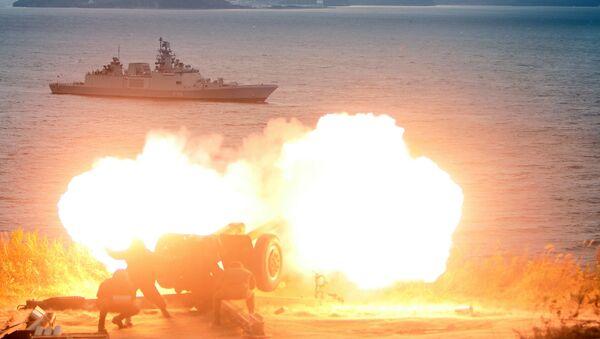 Bắn pháo chào mừng tàu khu trục Hải quân Ấn Độ Saptura tiến vào Vladivostok tham gia cuộc tập trận liên quốc gia Nga-Ấn Độ Indra-2017 - Sputnik Việt Nam