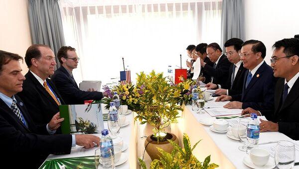 Bộ trưởng Tài chính Việt Nam Đinh Tiến Dũng, Chủ tịch APEC FMM, cũng làm việc với phái đoàn Mỹ, dẫn đầu là Thứ trưởng David Malpass. - Sputnik Việt Nam