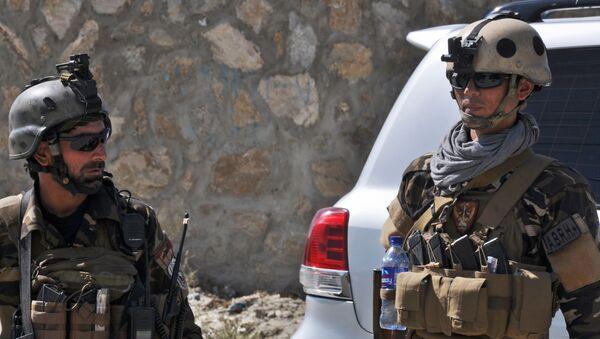 Представители афганских спецслужб в окрестностях аэропорта Кабула, территория которого подверглась обстрелу - Sputnik Việt Nam