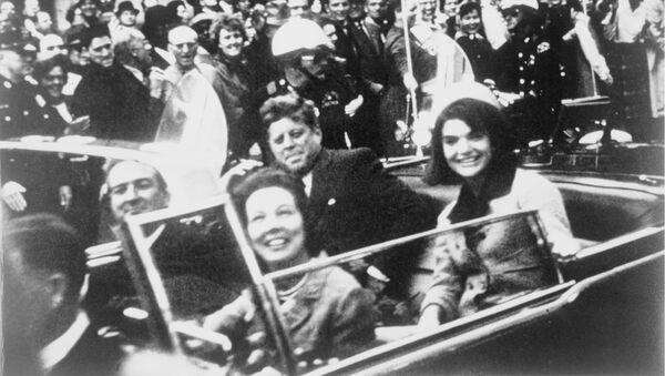Джон Кеннеди рядом с женой Жаклин на заднем сидении президентского лимузина в день убийства в Далласе - Sputnik Việt Nam