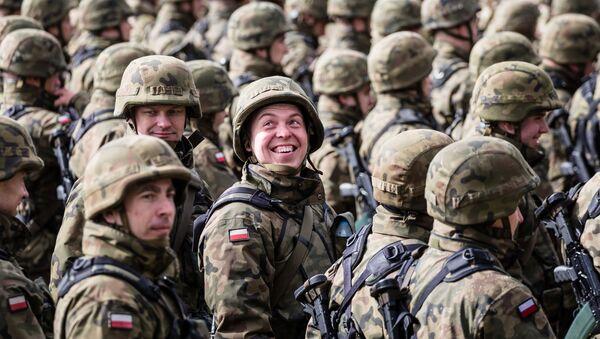 Польские солдаты перед церемонией приветствия пехотинцев НАТО - Sputnik Việt Nam