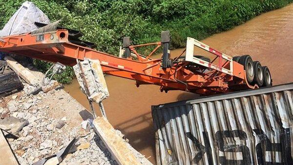 Chiếc xe húc bay thành cầu rơi xuống sông - Sputnik Việt Nam