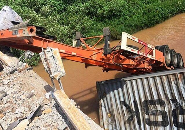 Chiếc xe húc bay thành cầu rơi xuống sông