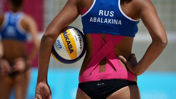 Yulia Abalakina (Nga) trong trận đấu giải bóng chuyền bãi biển nữ - Sputnik Việt Nam