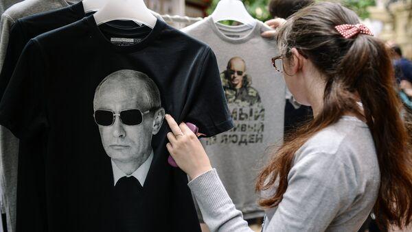 Khởi động bán T-shirt với hình ông Putin tại cửa hàng GUM Moskva - Sputnik Việt Nam